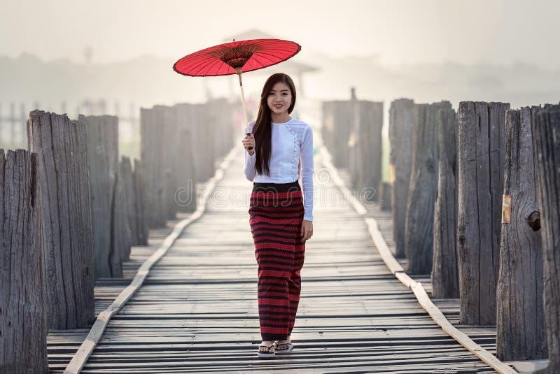 Jonge Vrouw die zich op Weg in Stad bevinden royalty-vrije stock fotografie