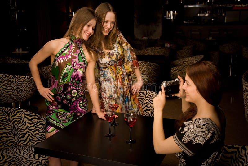 Jonge vrouw drie in de nachtclub royalty-vrije stock foto's