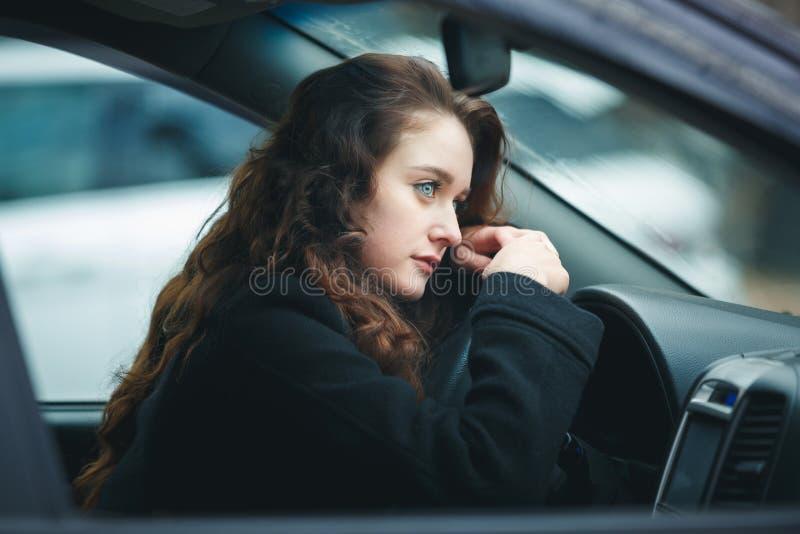 Jonge Vrouw in een Auto stock fotografie
