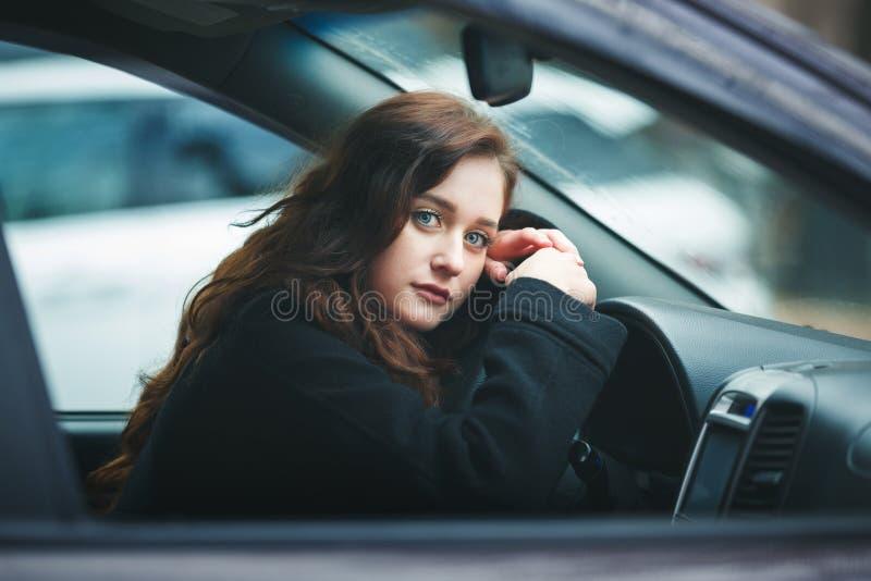 Jonge Vrouw in een Auto royalty-vrije stock afbeelding