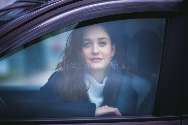 Jonge Vrouw in een Auto stock afbeeldingen