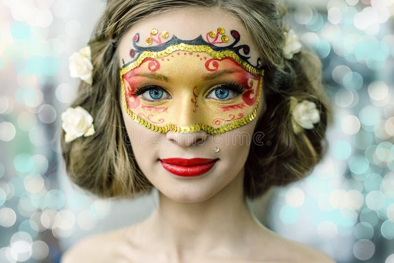 Jonge vrouw in een Carnaval masker royalty-vrije stock afbeelding