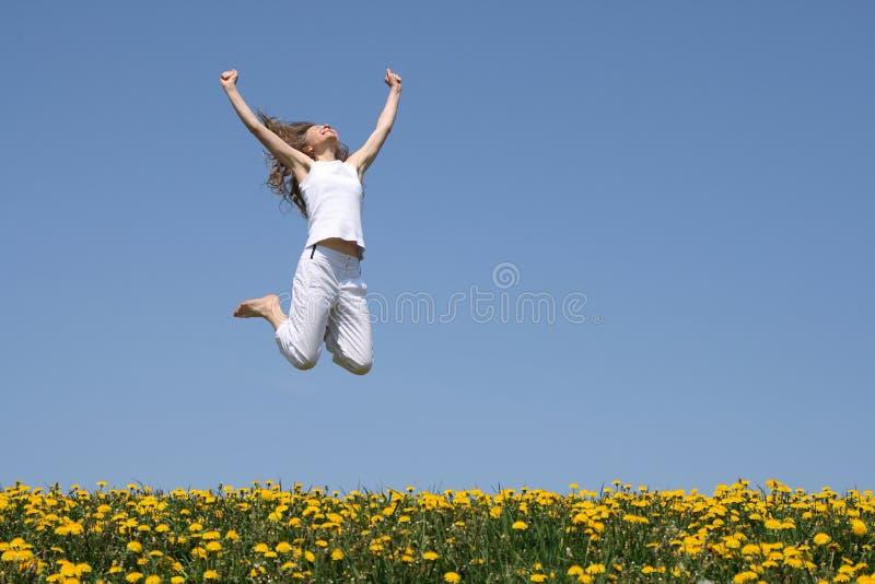 Jonge vrouw in een gelukkige sprong royalty-vrije stock afbeelding