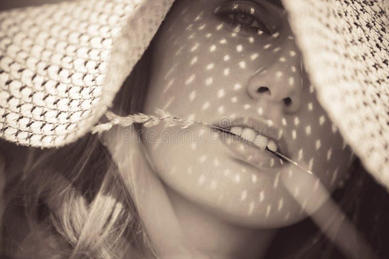 Jonge vrouw in een hoedenportret stock foto