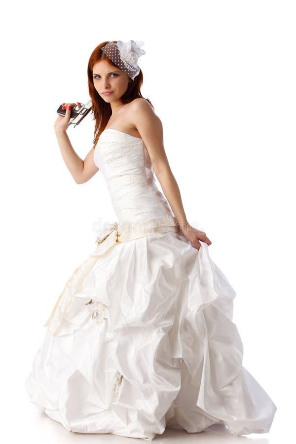 Jonge vrouw in een huwelijkskleding met kanon. stock afbeelding
