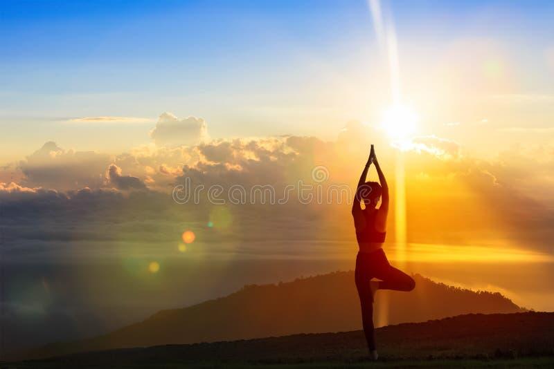 Jonge vrouw in een mediterende yoga op de mooie ochtend Healt royalty-vrije stock afbeeldingen