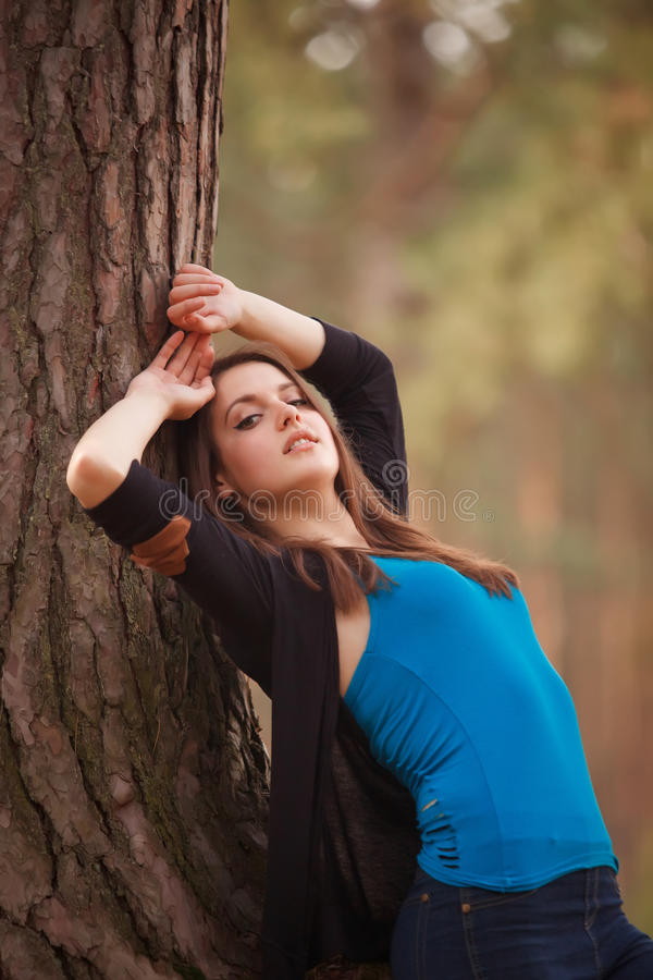 Jonge vrouw in een park stock fotografie