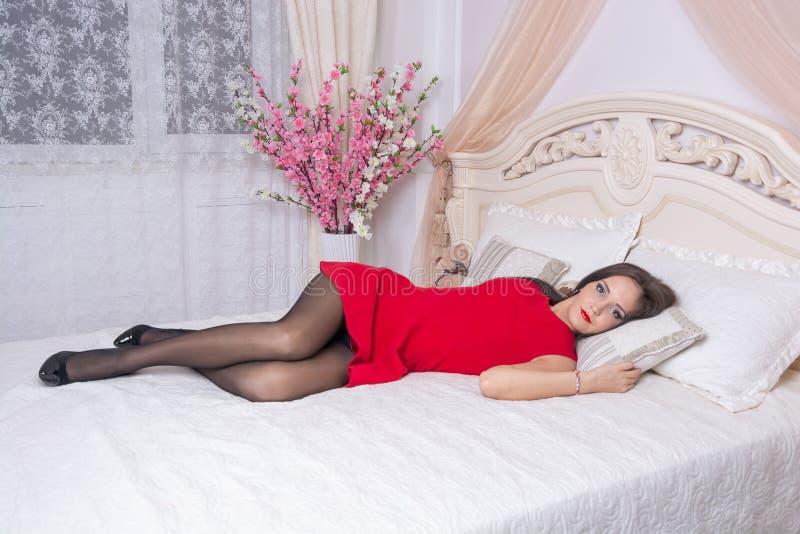 Jonge vrouw in een rode kleding royalty-vrije stock afbeelding