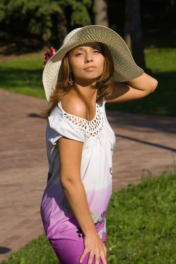 Jonge vrouw in een strohoed stock foto