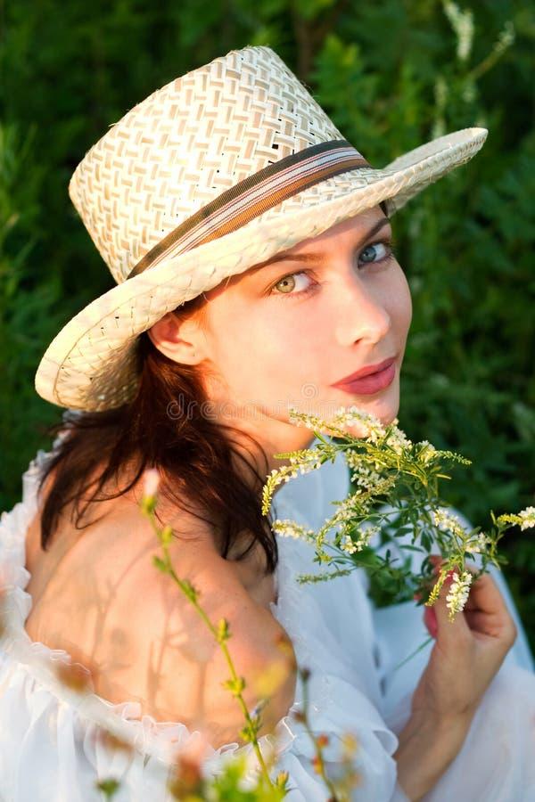 Jonge vrouw in een weide royalty-vrije stock foto's