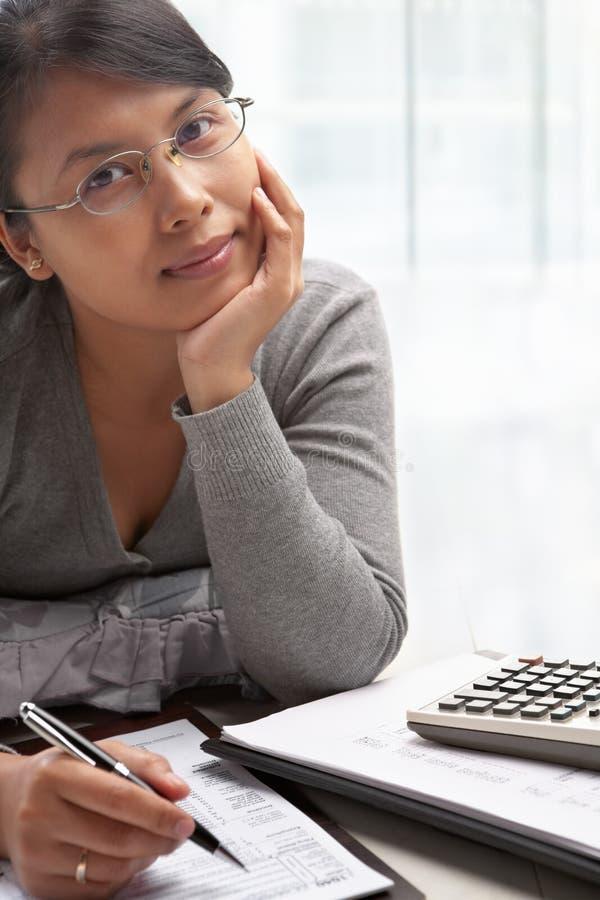Jonge vrouw en belastingsvorm royalty-vrije stock afbeeldingen