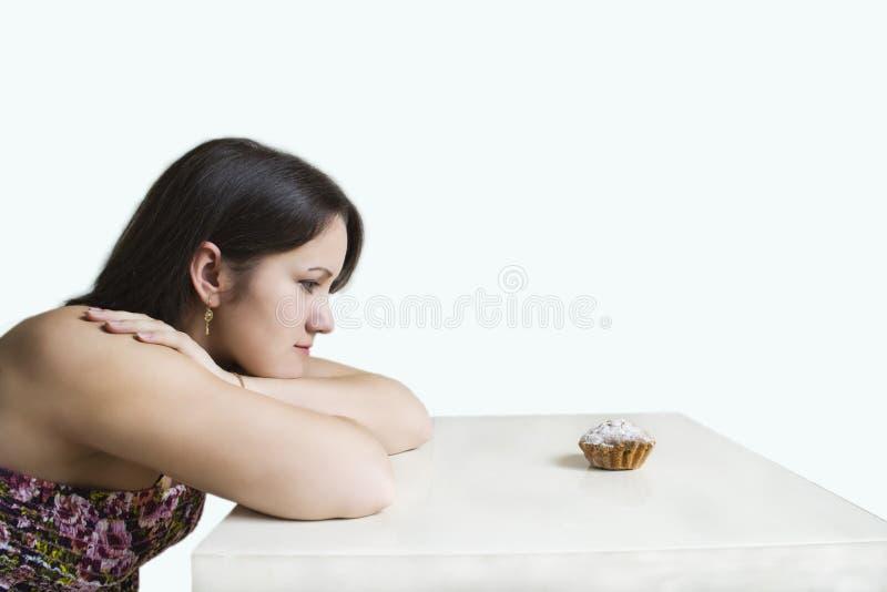 Jonge vrouw en cake royalty-vrije stock afbeelding