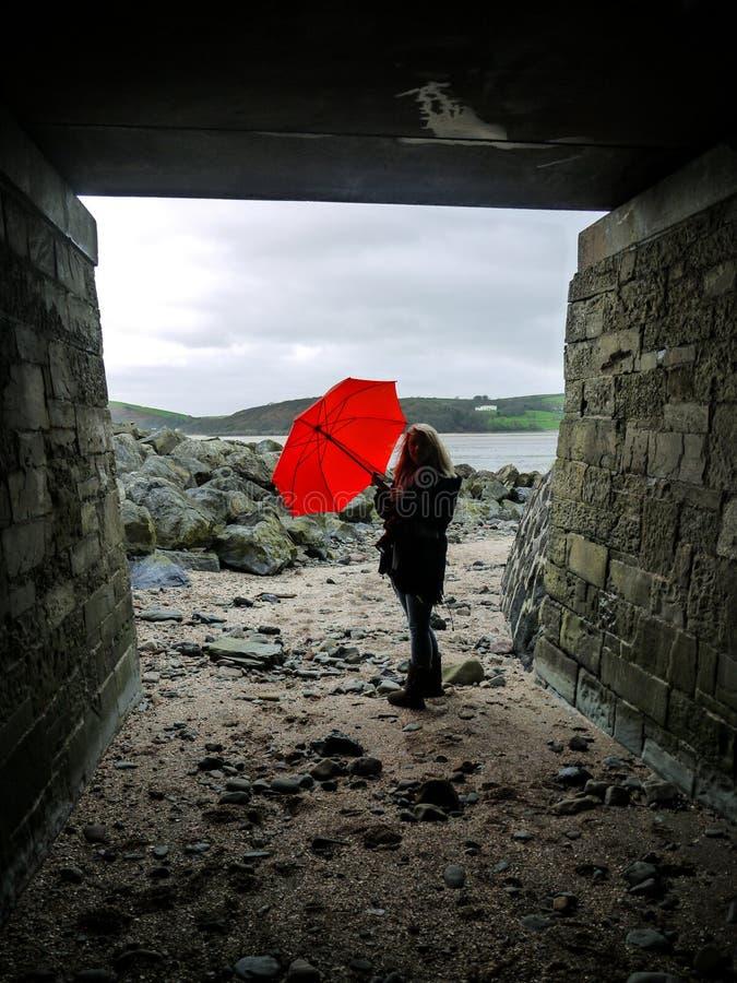 Jonge Vrouw en een Rode Paraplu royalty-vrije stock foto's