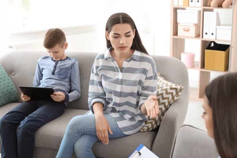 Jonge vrouw en haar psycholoog van het zoons bezoekende kind royalty-vrije stock foto