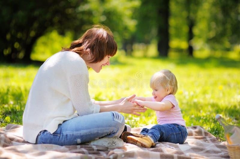 Jonge vrouw en haar weinig zoon die pret hebben royalty-vrije stock afbeelding