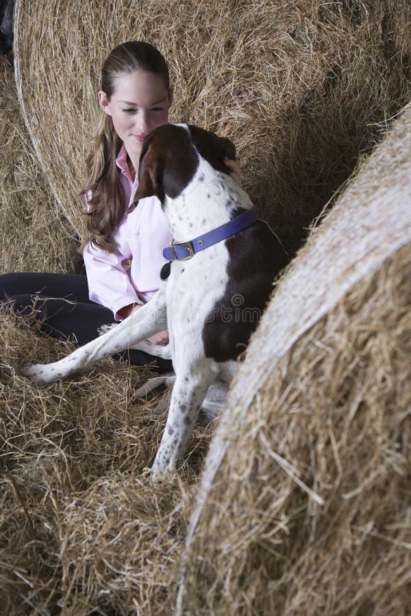 Jonge Vrouw en Hond in Schuur royalty-vrije stock fotografie