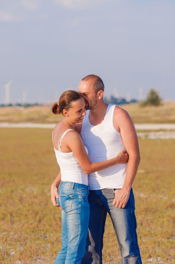 Jonge vrouw en jonge man het omhelzen stock foto's