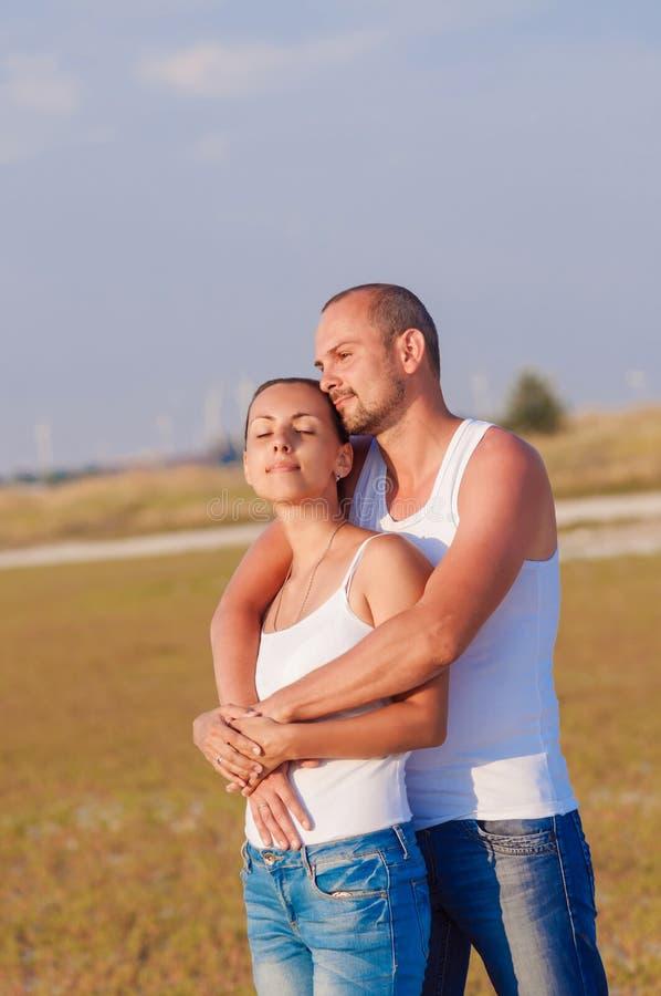 Jonge vrouw en jonge man het omhelzen stock afbeeldingen