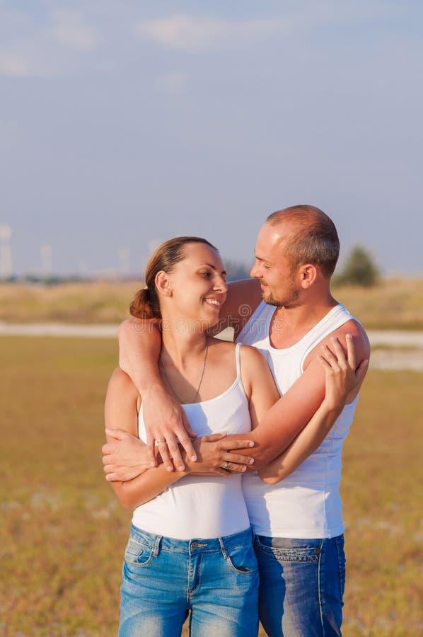Jonge vrouw en jonge man het omhelzen stock foto