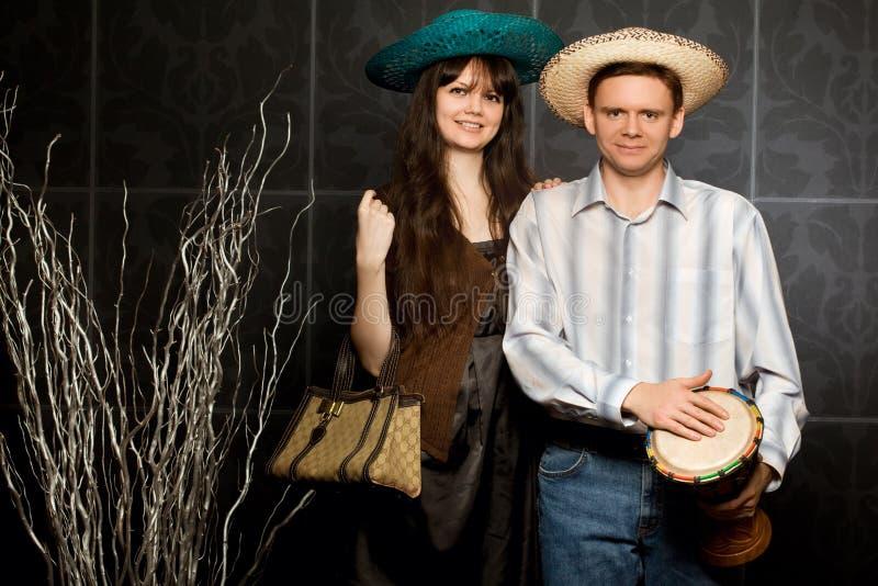 Jonge vrouw en man in sombrero en met trommel royalty-vrije stock foto