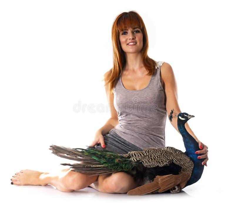 Jonge vrouw en pauw royalty-vrije stock foto