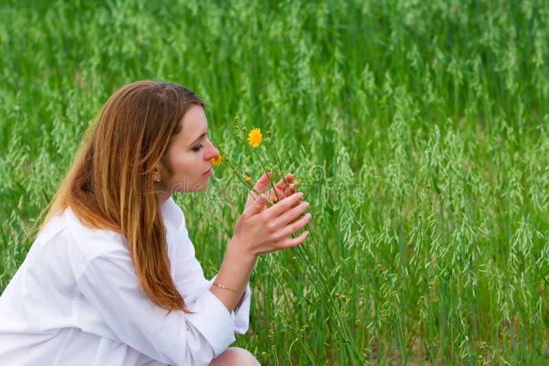 Jonge vrouw en wilde bloem. stock foto