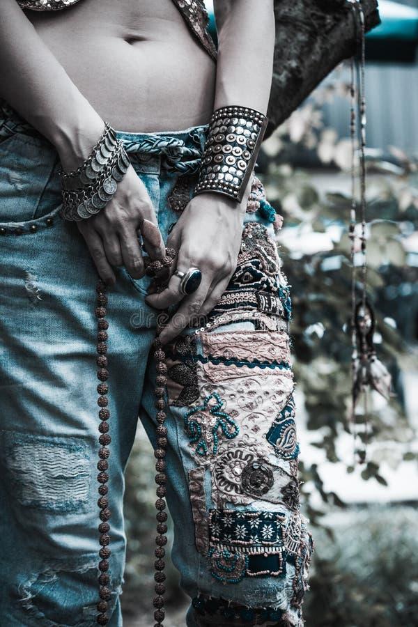 Jonge vrouw in geborduurde de stijlhanden van jeansboho met armbanden en ringen de zomermanier royalty-vrije stock afbeelding