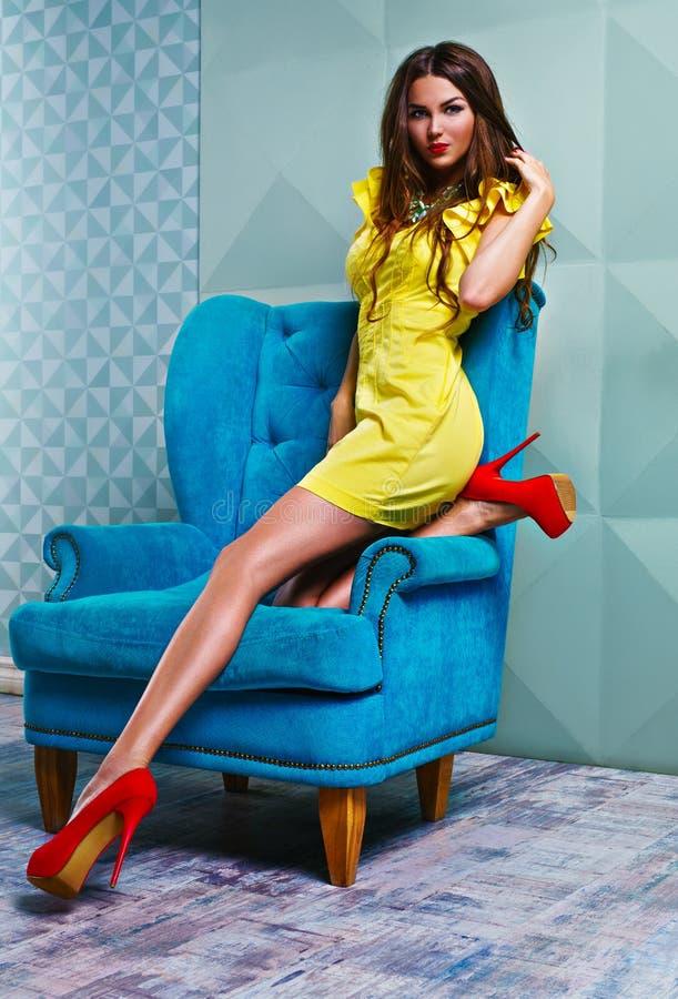 Jonge vrouw in gele kleding royalty-vrije stock afbeeldingen