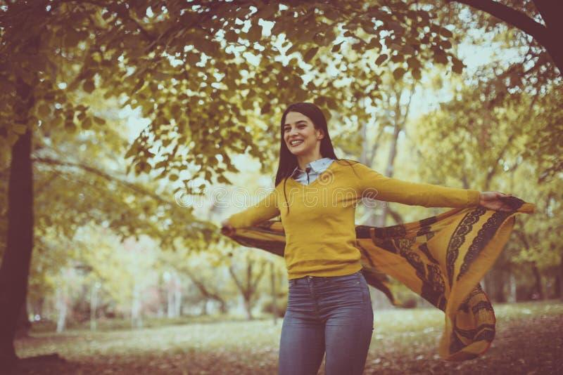 Jonge vrouw gelukkig bij aard Het seizoen van de herfst Weg in dalingsbos royalty-vrije stock fotografie