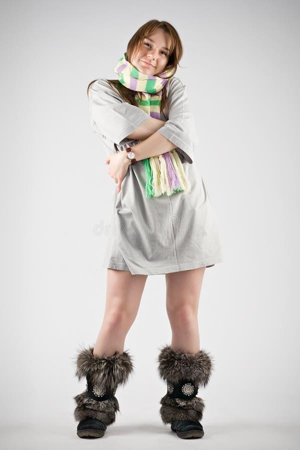 Jonge vrouw in gestreepte geluiddemper royalty-vrije stock afbeelding