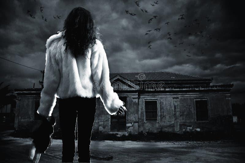 Jonge vrouw in gevaarlijke nightwalk stock afbeelding