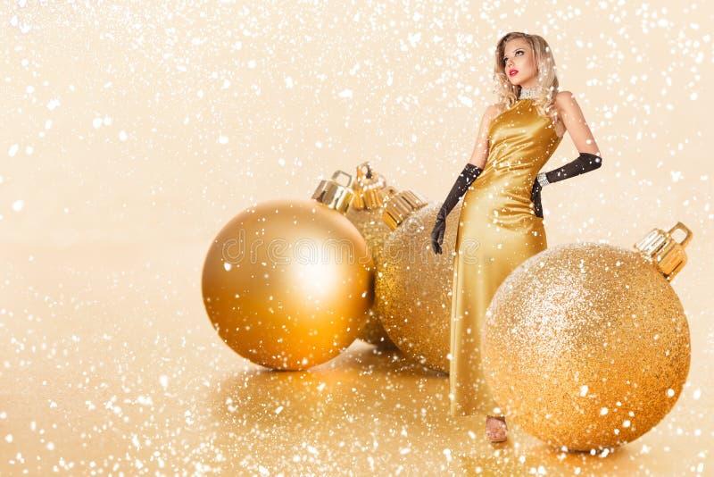Jonge Vrouw in Gouden Kleding stock foto