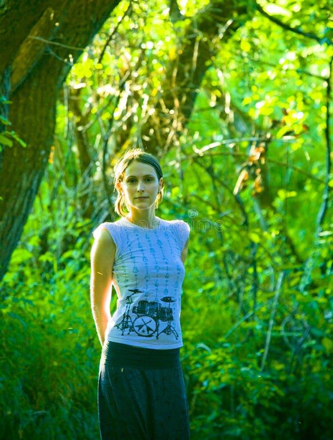 Jonge vrouw in groen bos stock foto's