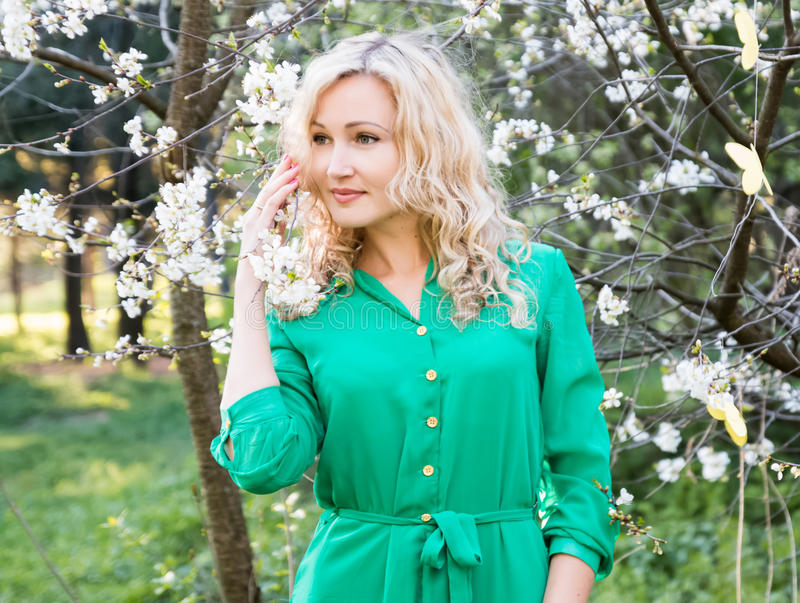 Jonge vrouw in groene kleding royalty-vrije stock afbeelding