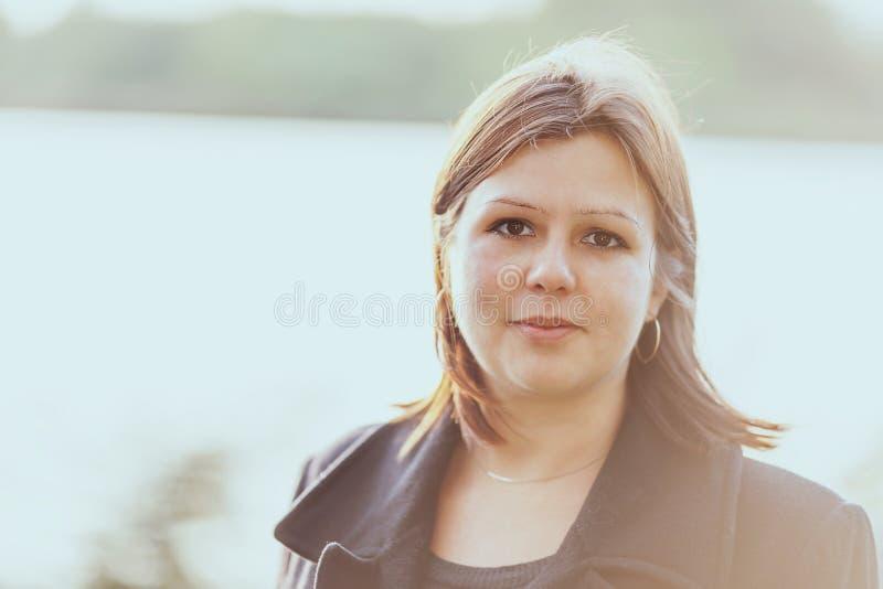 Jonge vrouw headshot royalty-vrije stock afbeelding