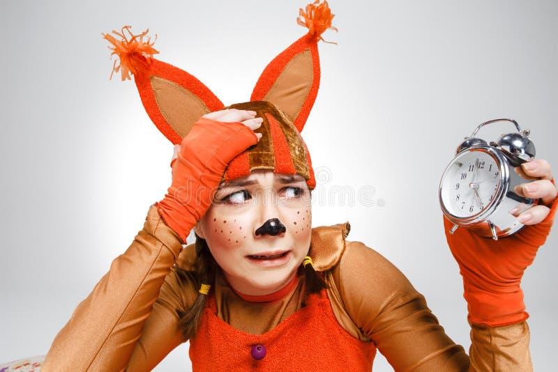 Jonge vrouw in het beeld van rode eekhoorn stock afbeeldingen