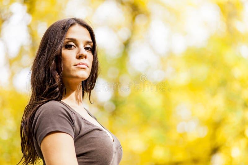 Jonge vrouw in het de herfstbos royalty-vrije stock afbeeldingen