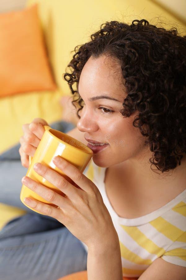 Jonge vrouw het drinken koffie stock afbeelding