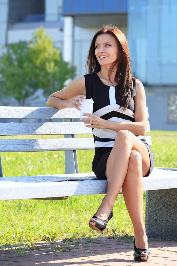 Download Jonge Vrouw Het Drinken Koffie In Een Park Stock Foto - Afbeelding bestaande uit screen, portret: 39110630