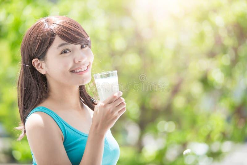 Jonge vrouw het drinken melk royalty-vrije stock afbeelding