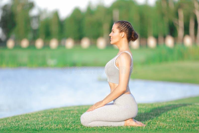 Download Jonge Vrouw In Het Grijze Yogauitrusting Mediteren Stock Afbeelding - Afbeelding bestaande uit uitrusting, geschiktheid: 107703435