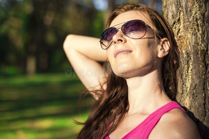 Jonge vrouw in het hout stock afbeeldingen