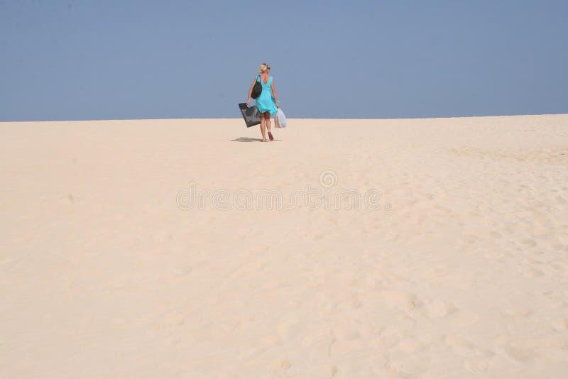 Jonge vrouw in het nationale park met zand-duinen dichtbij de stranden van Corralejo in Fuerteventura in Spanje stock foto's