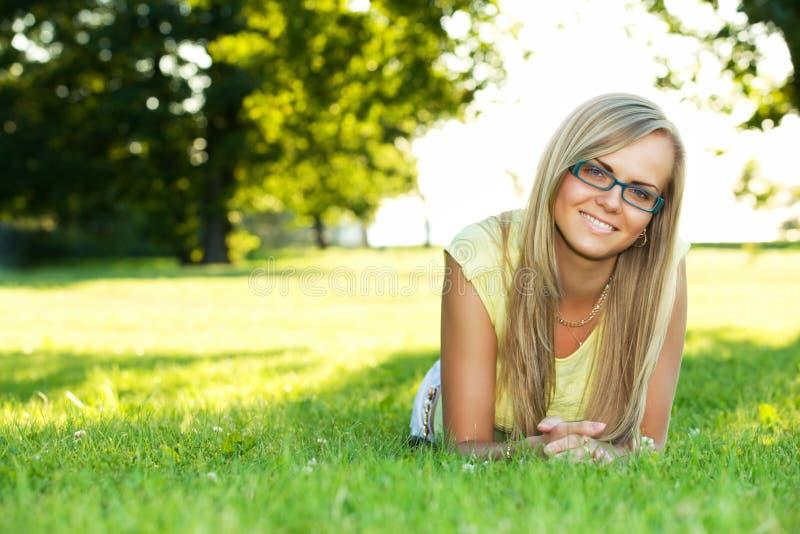 Jonge vrouw in het park royalty-vrije stock foto's