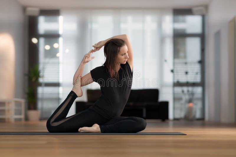 Jonge vrouw het praktizeren Yoga stock foto