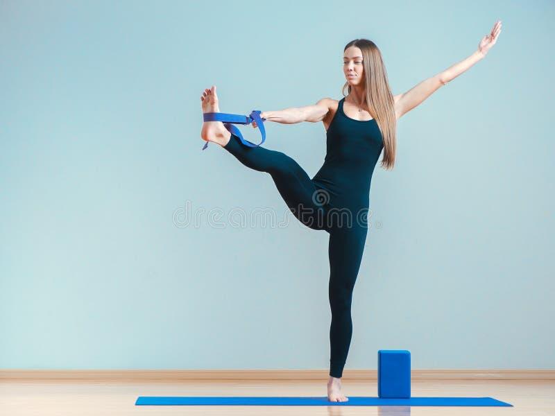 Jonge vrouw het praktizeren yoga bij de gymnastiek royalty-vrije stock afbeeldingen