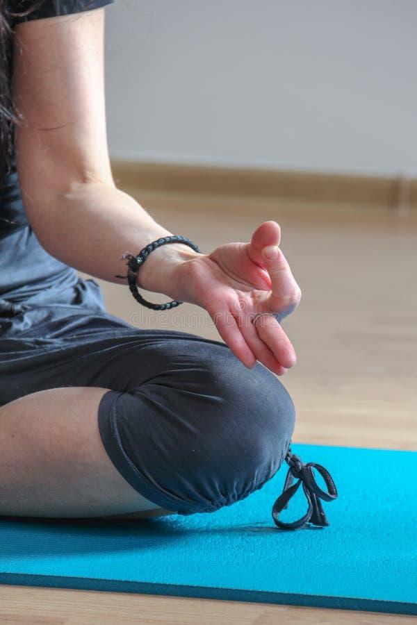 Jonge vrouw het praktizeren yoga thuis royalty-vrije stock foto