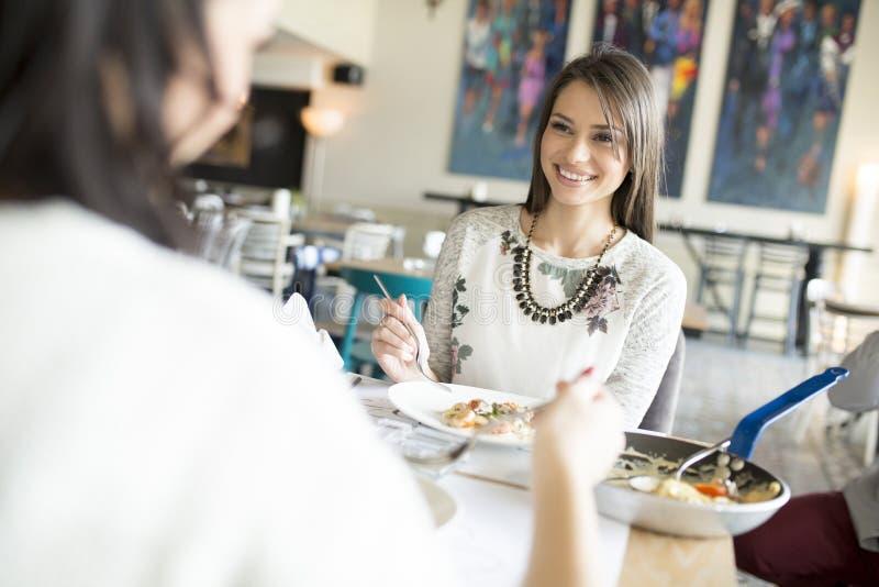 Jonge vrouw in het restaurant stock foto's