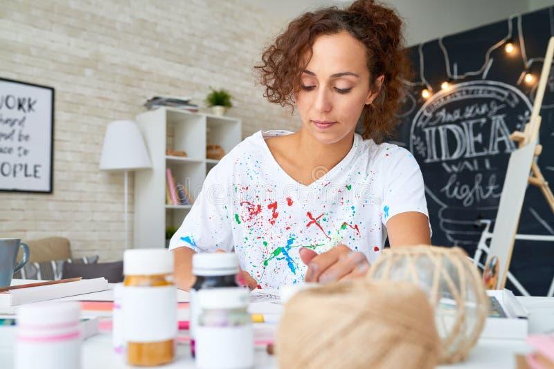 Jonge Vrouw het Schilderen Beelden thuis stock fotografie