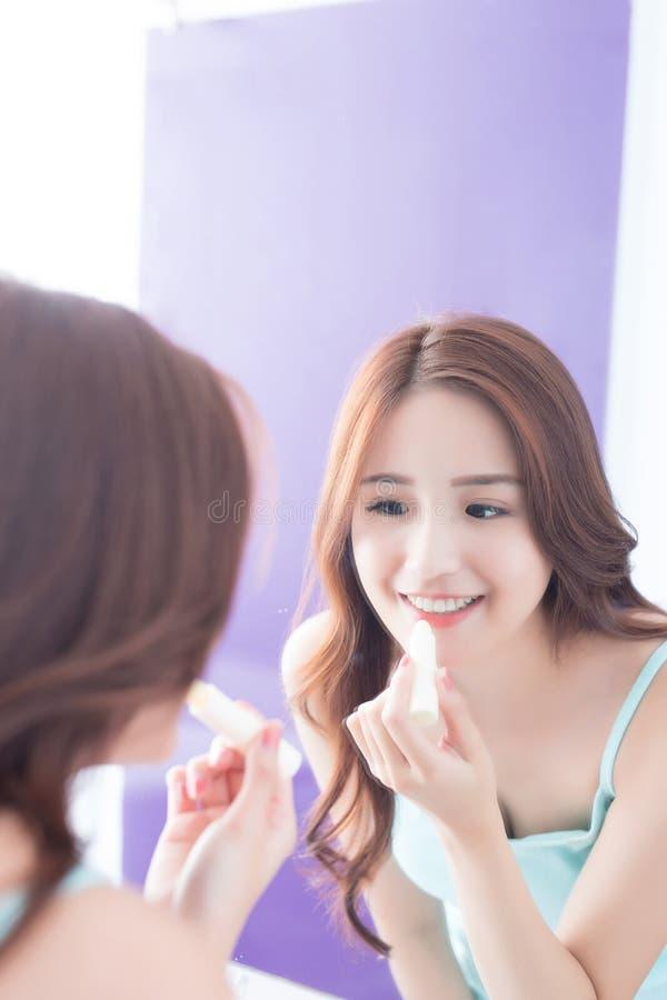 Jonge vrouw het schilderen lippenpommade stock fotografie